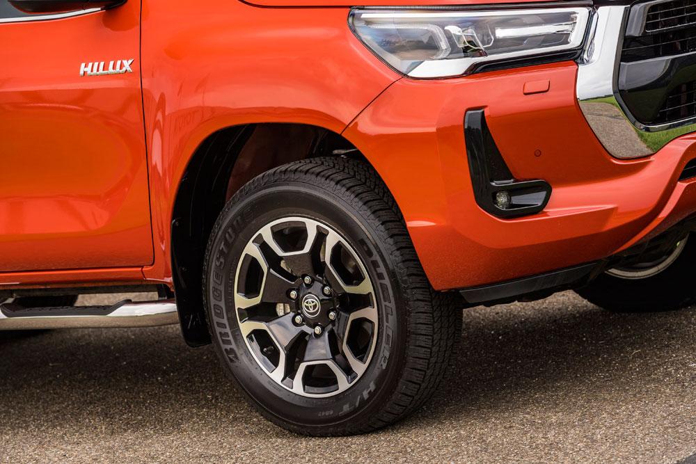 Toyota-Hilux-voorkant-verlichting-en-velg